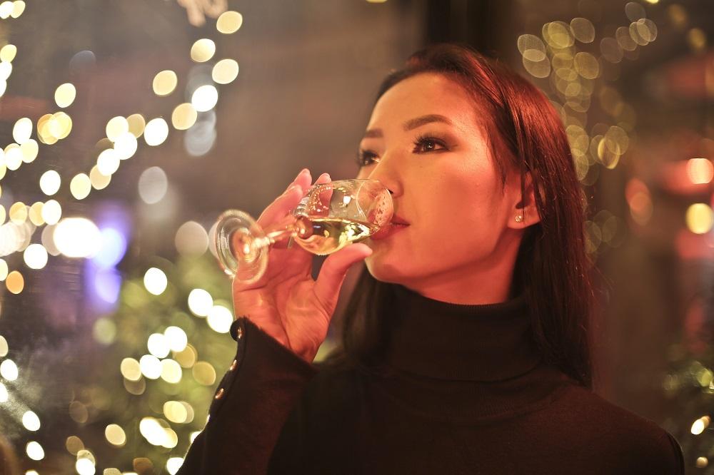 Woman drinking wine © creativecommonsstockphotos_Dreamstime.com.jpg